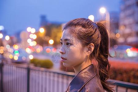 清新文艺女孩夜晚人像图片