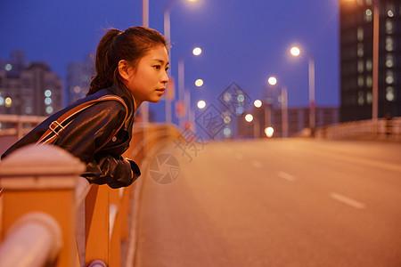 清新文艺女孩夜晚人行桥张望图片