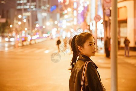 清新文艺女孩夜晚街头人像图片