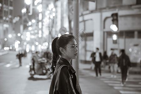 清新文艺女孩夜晚黑白人像图片