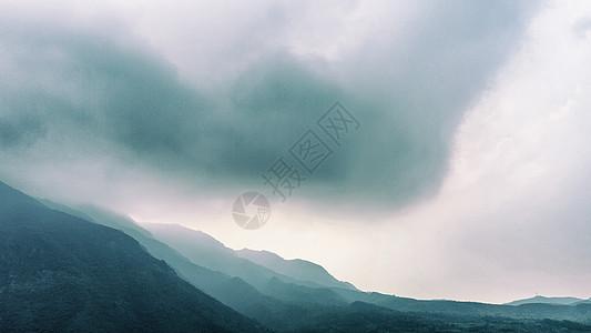 雾气绵绵的莲花山图片