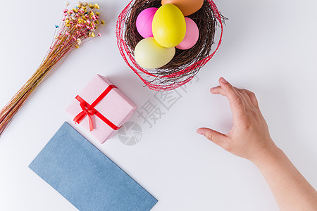 复活节女孩手拿彩蛋图片