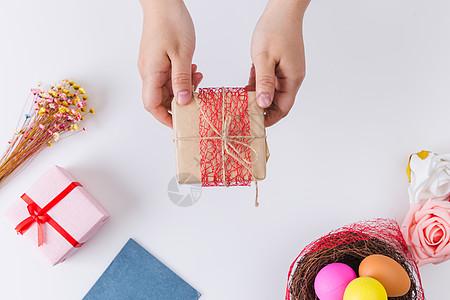 复活节女孩手递礼物图片