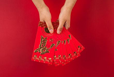 手拿红包送礼祝贺图片