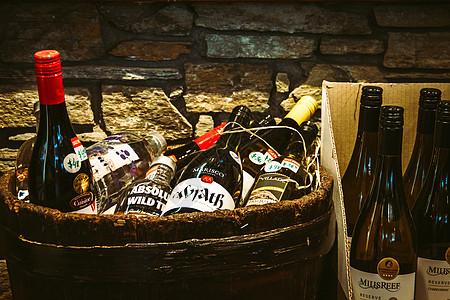 酒窖里的酒瓶图片