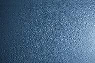干净透明的水滴背景图片