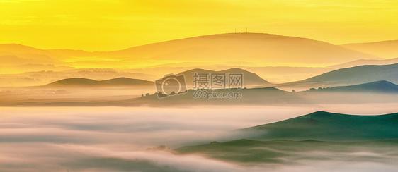 山脉日出晨雾图片
