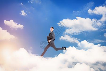 云朵中跳跃的人图片