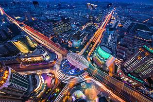 俯视上海五角场的夜景图片