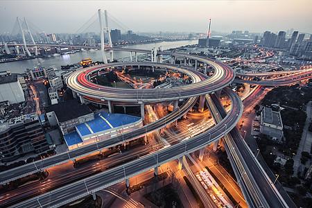 日落时分的高架桥车轨图片