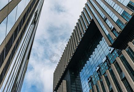 蓝天下的商务办公写字楼图片