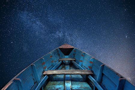 船飞向星空中图片
