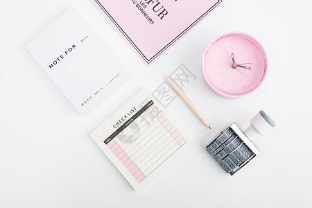 简洁文具闹钟桌面平铺拍摄图片
