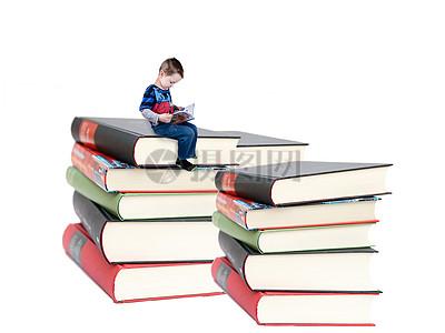 书籍中学习的孩子图片