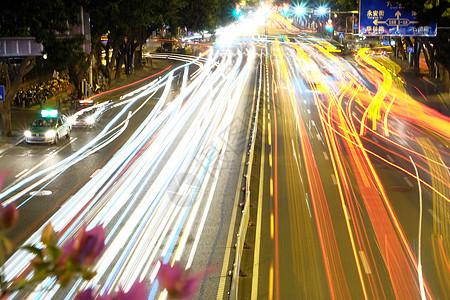 夜晚城市里的车水马龙图片