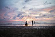 夕阳下的沙滩图片