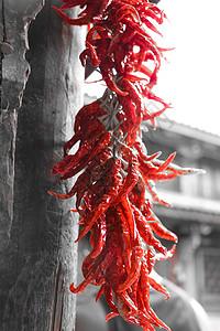 云南古镇一户人家晾晒的辣椒图片