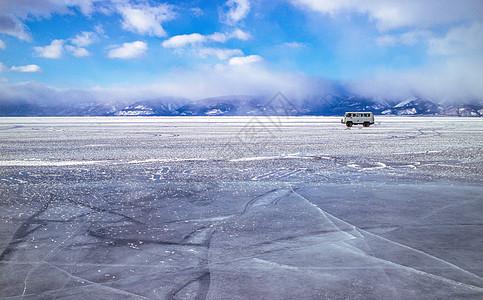 冰面上行驶的老式轿车 在资本寒冬中前进图片