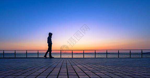 夕阳下行走的人图片