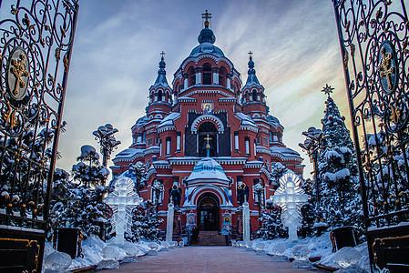 日出下的红色教堂图片