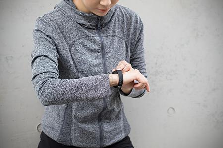 女性户外运动戴运动手环图片