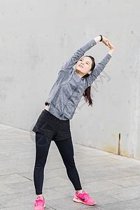 女性户外运动热身伸展图片
