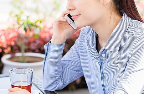 年轻女子在咖啡馆打电话图片