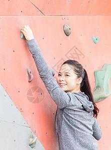 女性户外运动攀岩图片