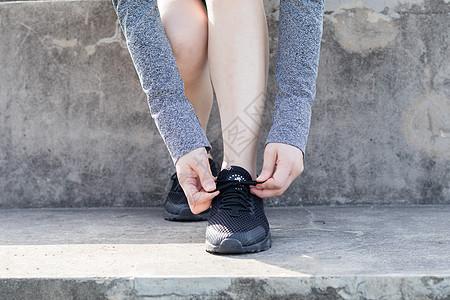 女性户外运动系鞋带图片