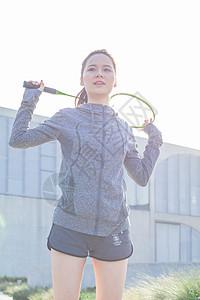 女性户外运动羽毛球图片