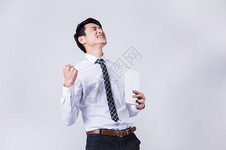 商务白领男士胜利手势动作棚拍图片