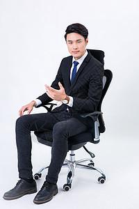 办公椅上自信的商务男士形象图片