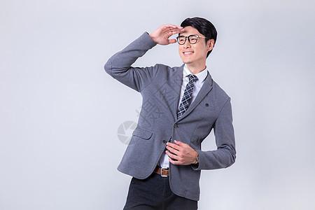 时尚商务男士指向远方白底图片