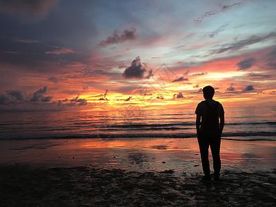 夕阳下的人物剪影图片