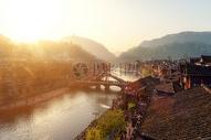 凤凰古城清晨逆光图片
