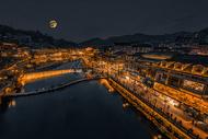凤凰古城黑金夜景月亮图片
