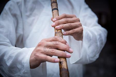 白衣道士吹笛子手部特写图片