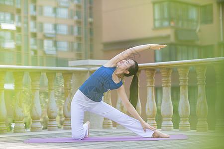 清晨在阳台练瑜伽的美女图片