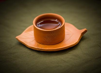一个装满水的手工陶艺杯图片
