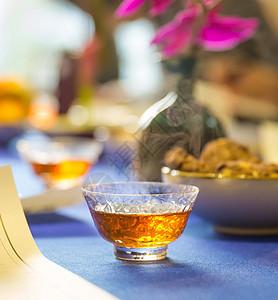 一杯冒着热气的红茶放在桌子上图片