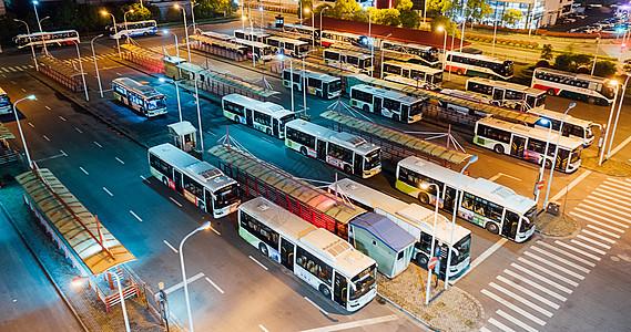 航拍夜晚公交车站图片