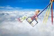 天空云朵中的儿童乐园图片