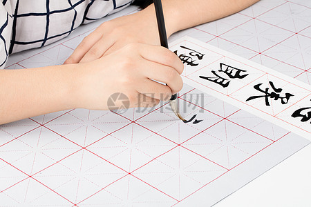 学生毛笔练字中图片