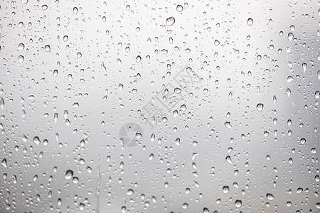 窗口的雨滴图片