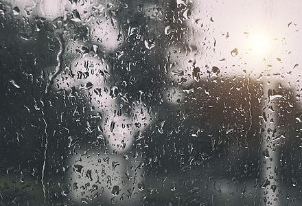 雨中窗上的水滴图片
