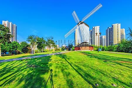 蓝天草地公园风车图片