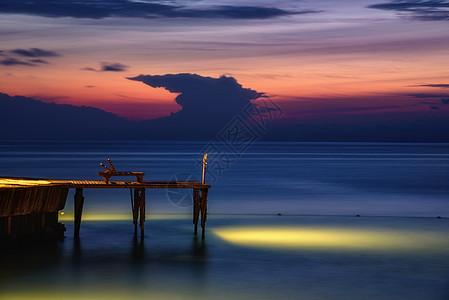 夜幕下海边的观景台图片