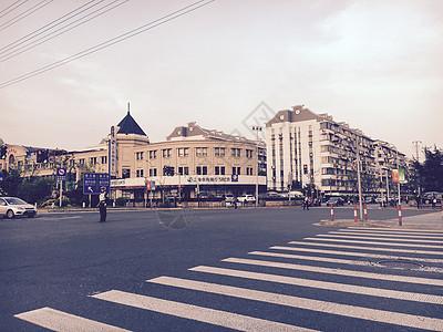 十字路口的风景线图片