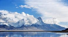 西藏的雪山和天空图片