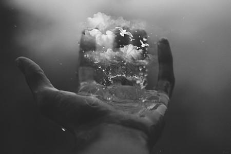 手掌心的天空云朵中的白鸽图片